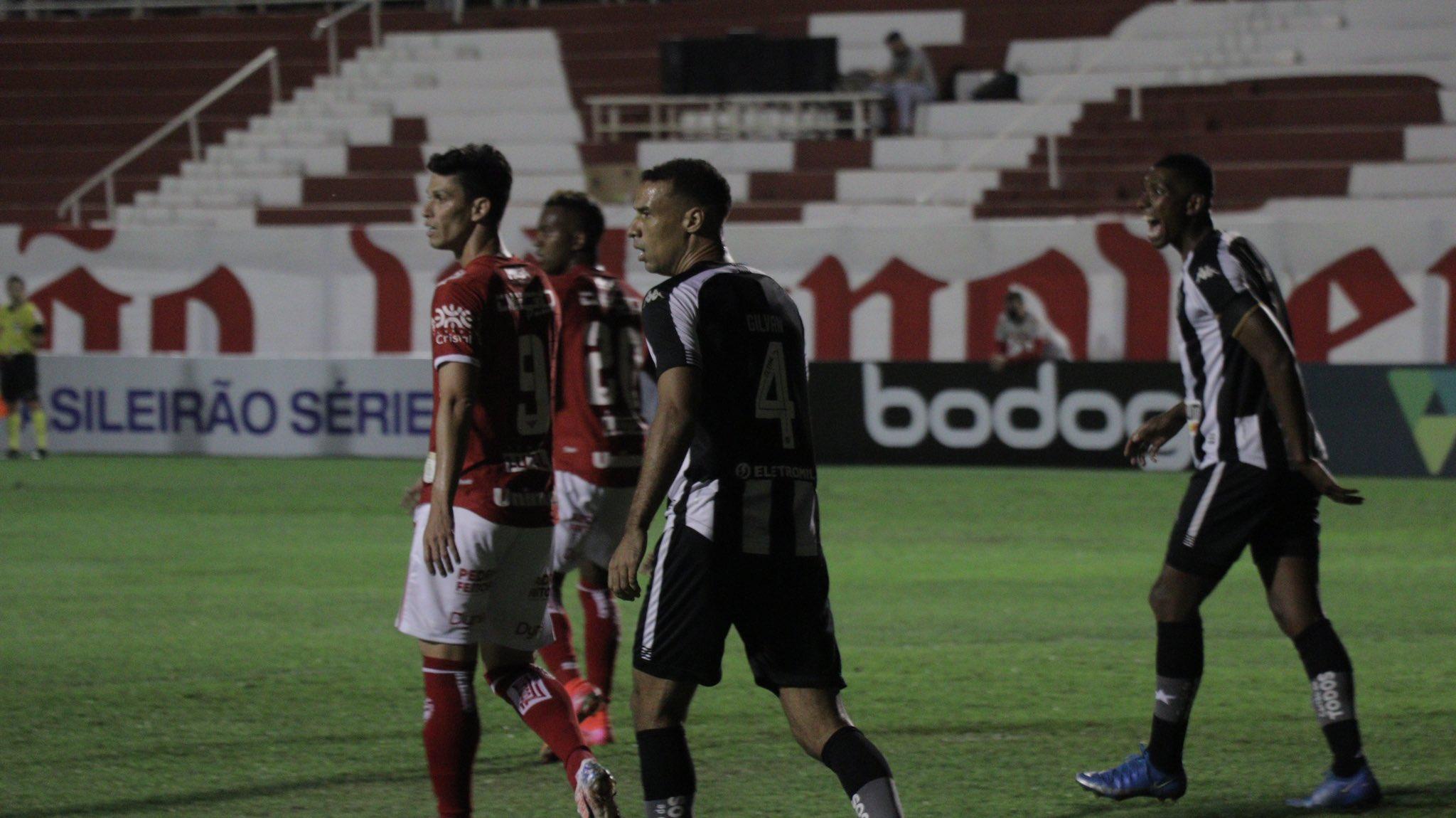 Jogadores de Vila Nova e Botafogo em campo