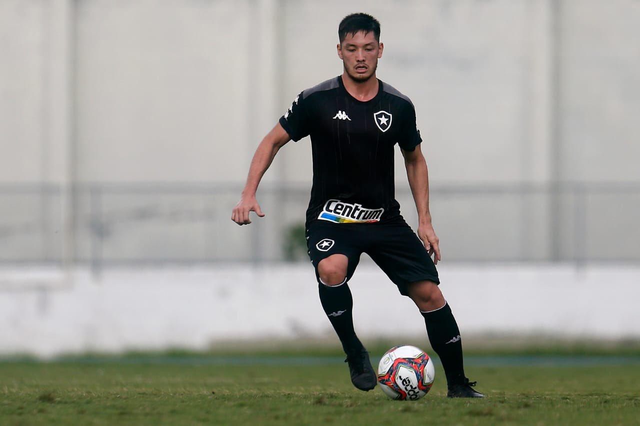 Volante Luís Oyama treinando com a camisa do Botafogo