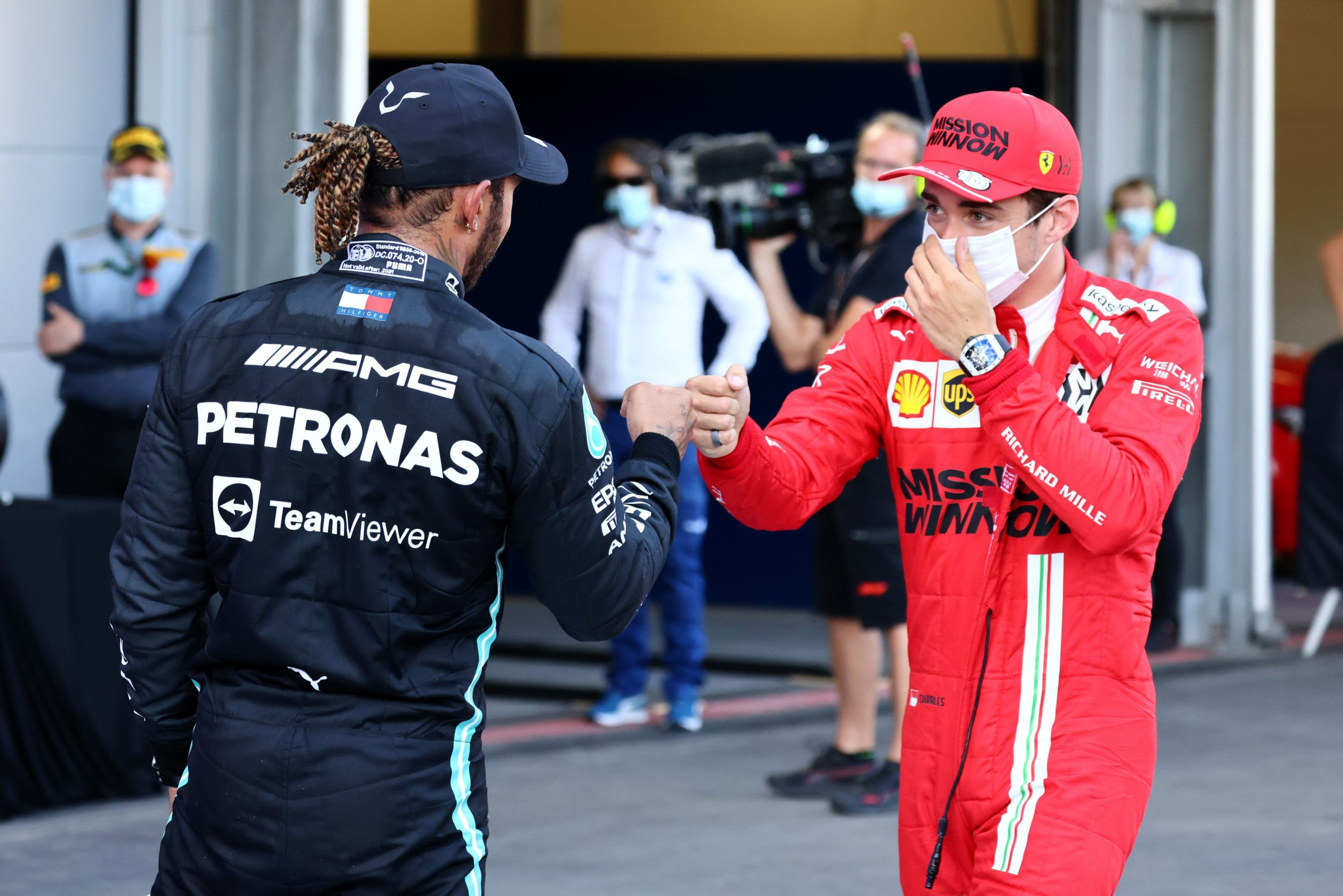 Hamilton e Leclerc apertam as mãos
