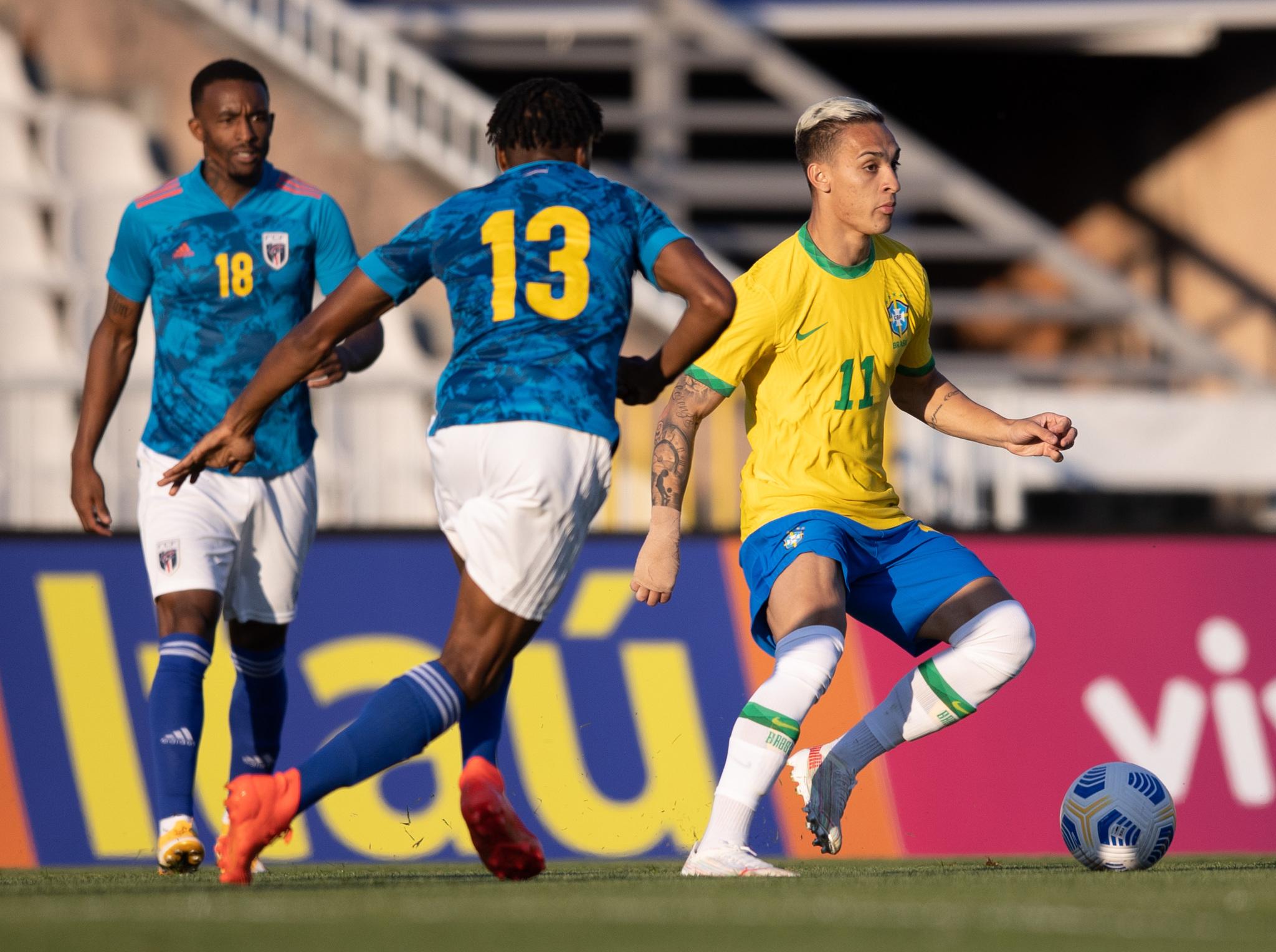 Antony é cercado por jogadores de Cabo Verde