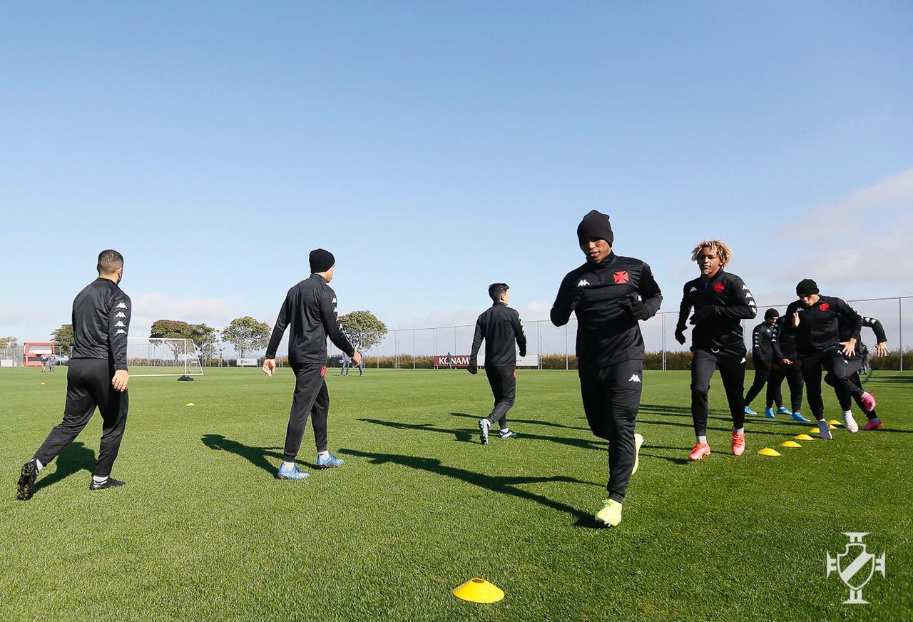 Com agasalho de treino, jogadores do Vasco trabalham em Porto Alegre