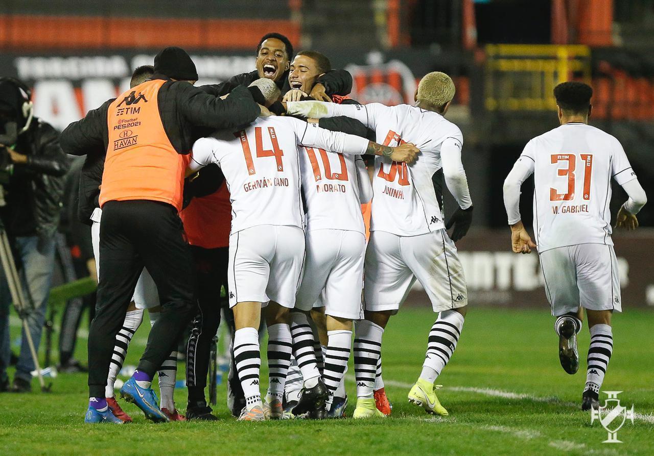 Jogadores do Vasco comemoram o gol contra o Brasil de Pelotas