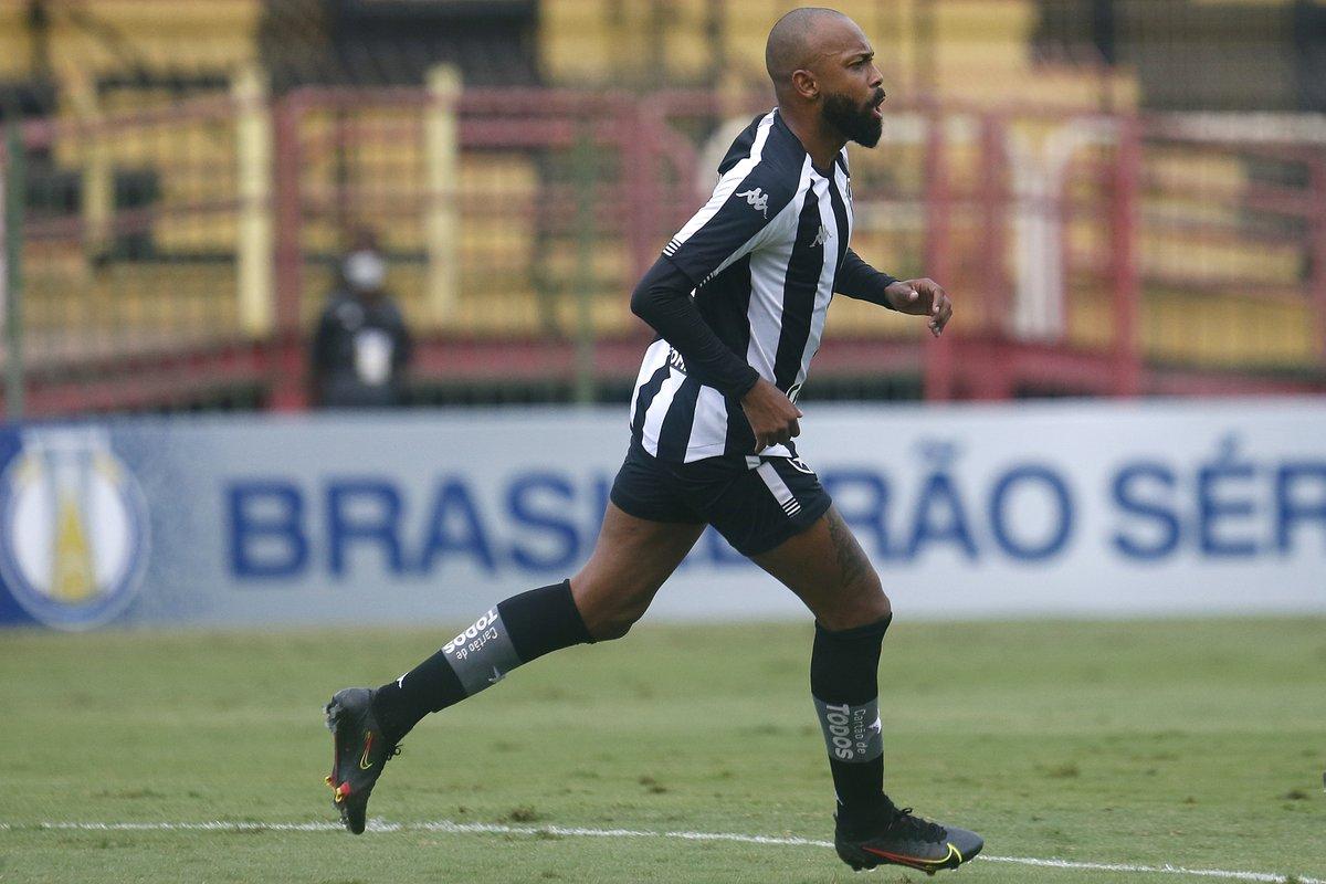 Chay correndo em campo pelo Botafogo na Série B
