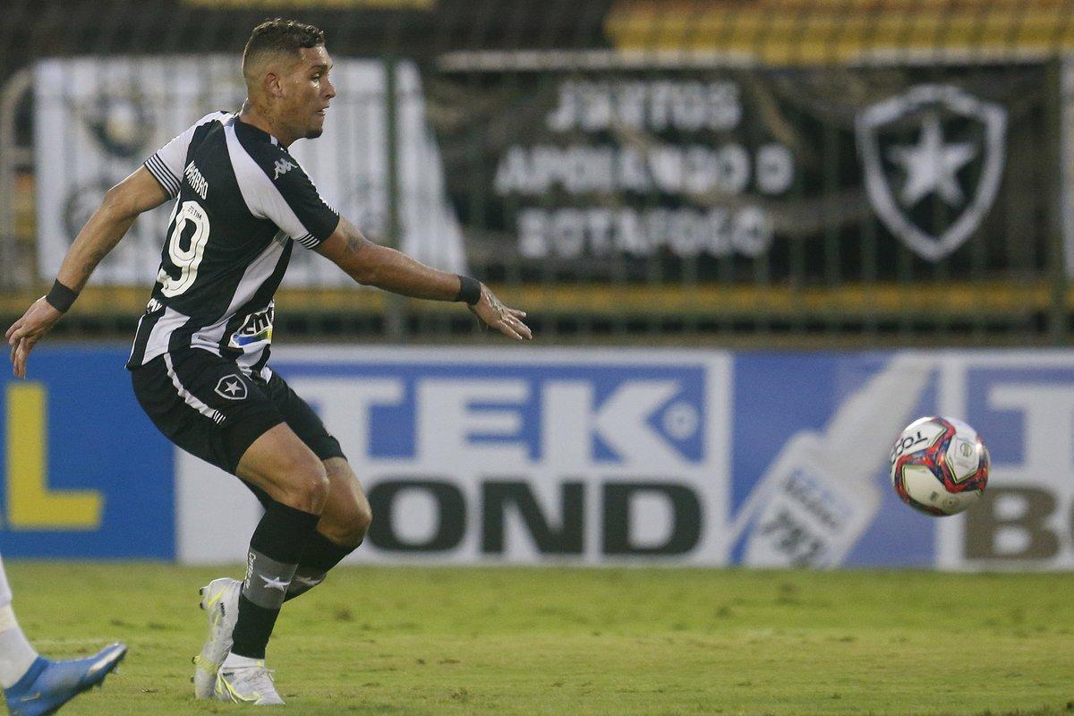 Rafael Navarro olhando para a bola em jogo do Botafogo