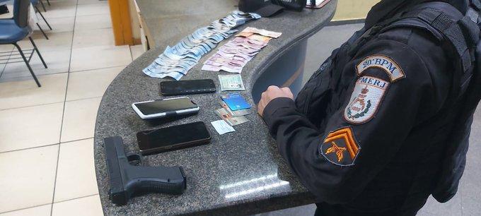 dinheiro e celulares em cima da mesa