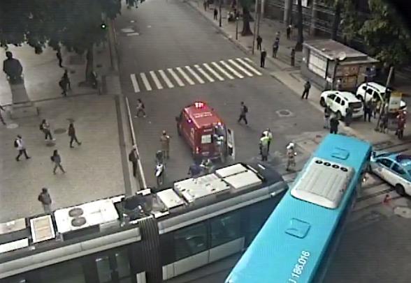 Acidente entre VLT e um ônibus na Avenida Presidente Vargas