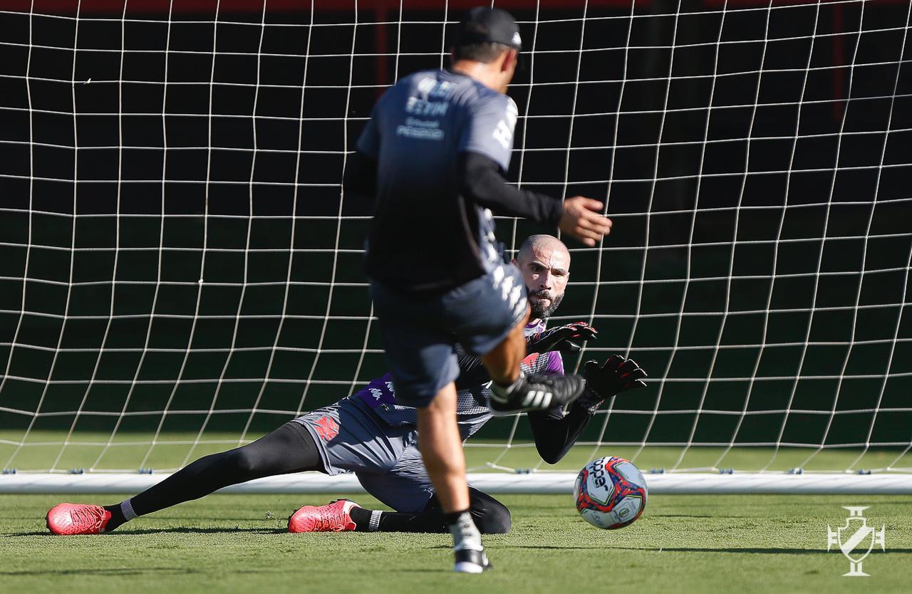 No treino, Vanderlei pula para defender a bola