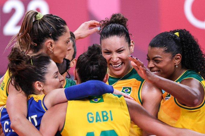 Jogadores da seleção brasileira feminina de vôlei comemorando a vitória sobre a Sérvia