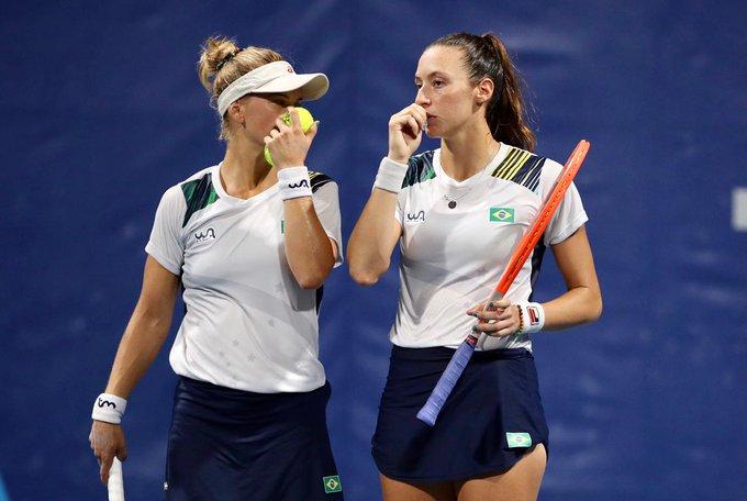 Laura Pigossi e Luisa Stefani durante a semifinal olímpica