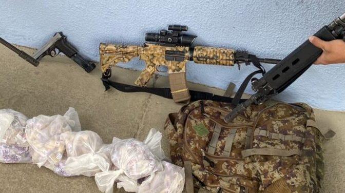 Armas e drogas apreendidas pelos policiais em São Gonçalo
