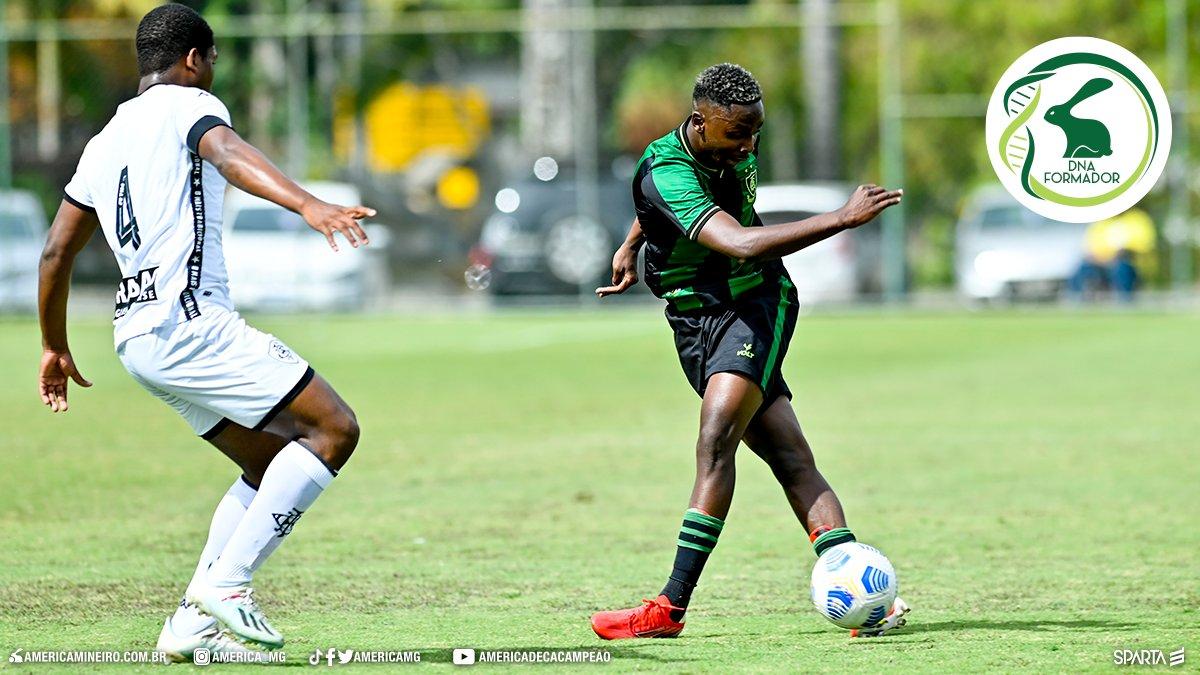 Jogador do Botafogo na marcação do adversário em jogo contra o América-MG pelo Brasileiro Sub-20