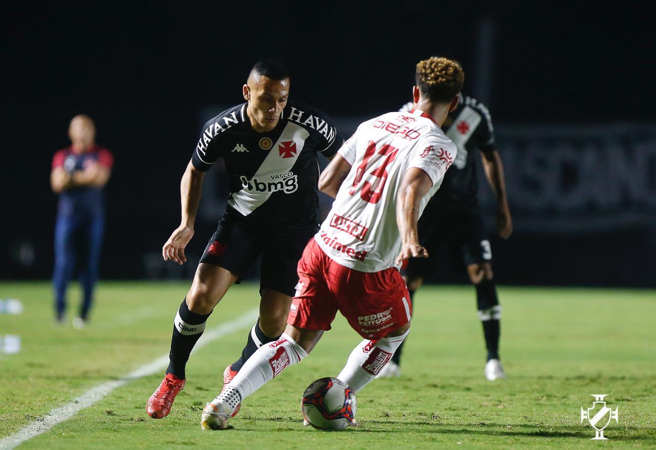 Léo Jabá em ação pelo Vasco no confronto com o Vila Nova pela Série B