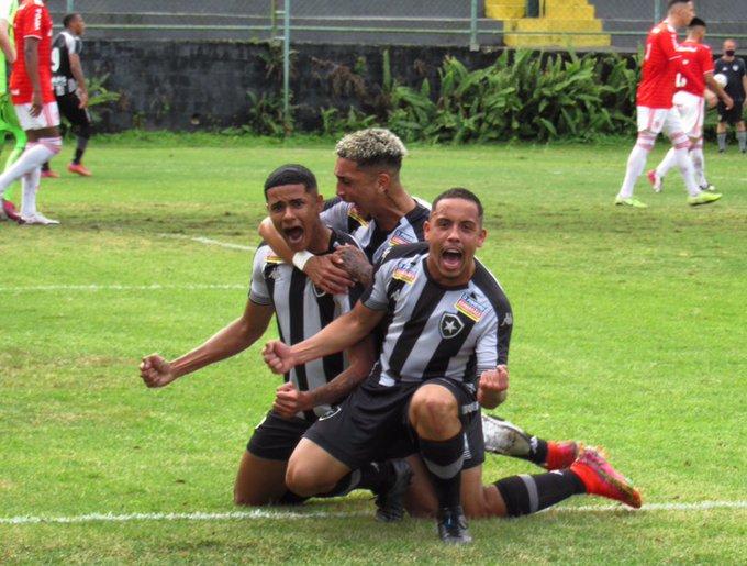 Jogadores do Botafogo Sub-20 comemoram vitória contra o Internacional