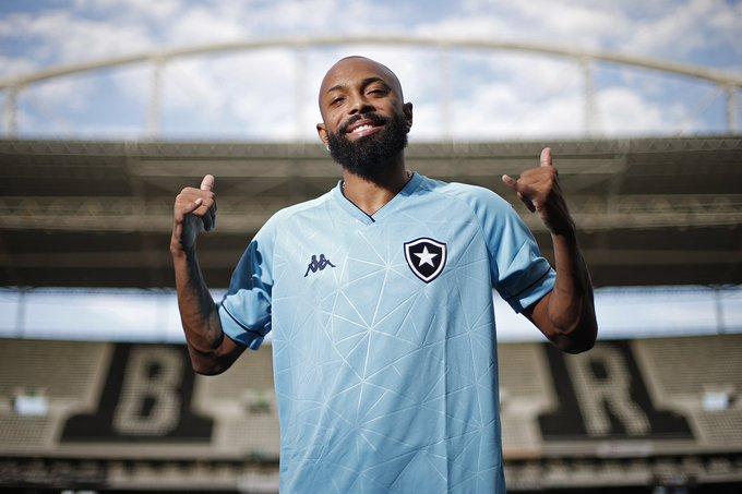 Chay fazendo sinal de positivo com o novo uniforme lançado pelo Botafogo