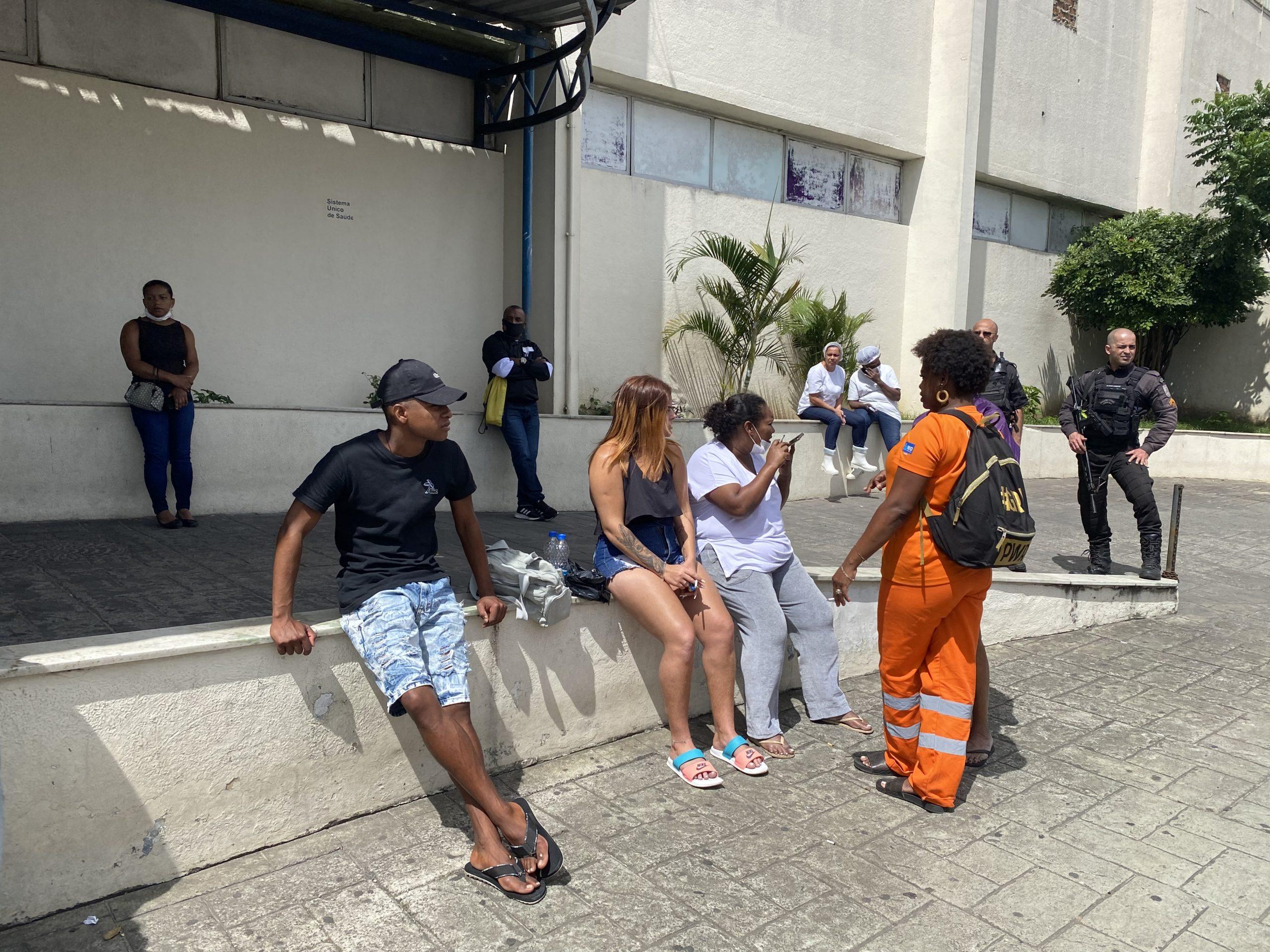 Familiares da vítima baleada em Bangu
