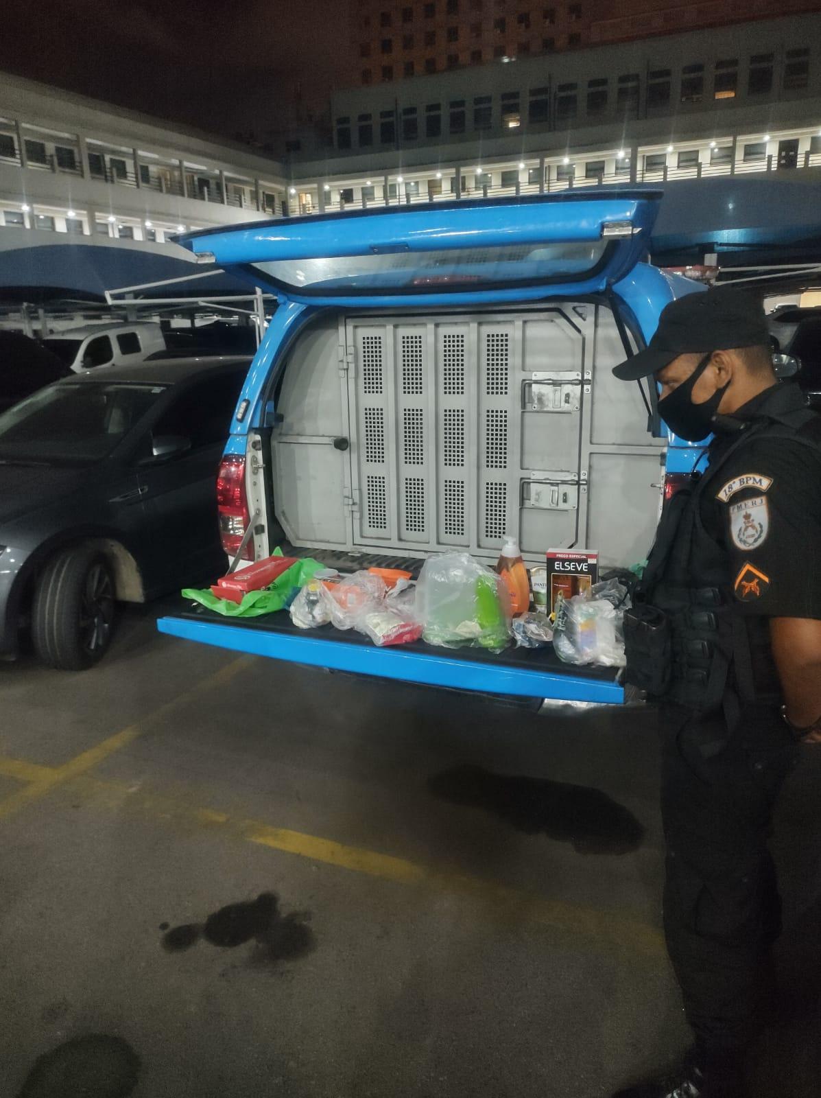 carro da polícia com material