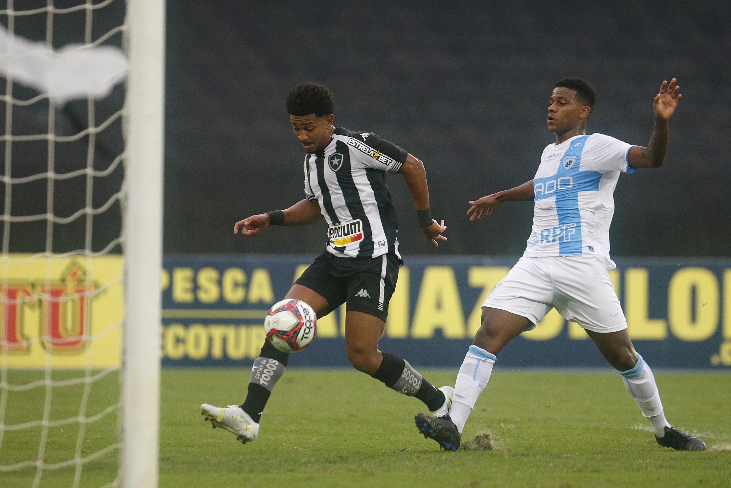 Warley no momento em que faz o primeiro gol do Botafogo sobre o Londrina pela Série B