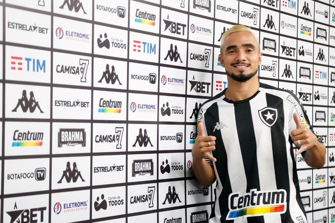 Rafael fazendo sinal de Ok na apresentação do Botafogo
