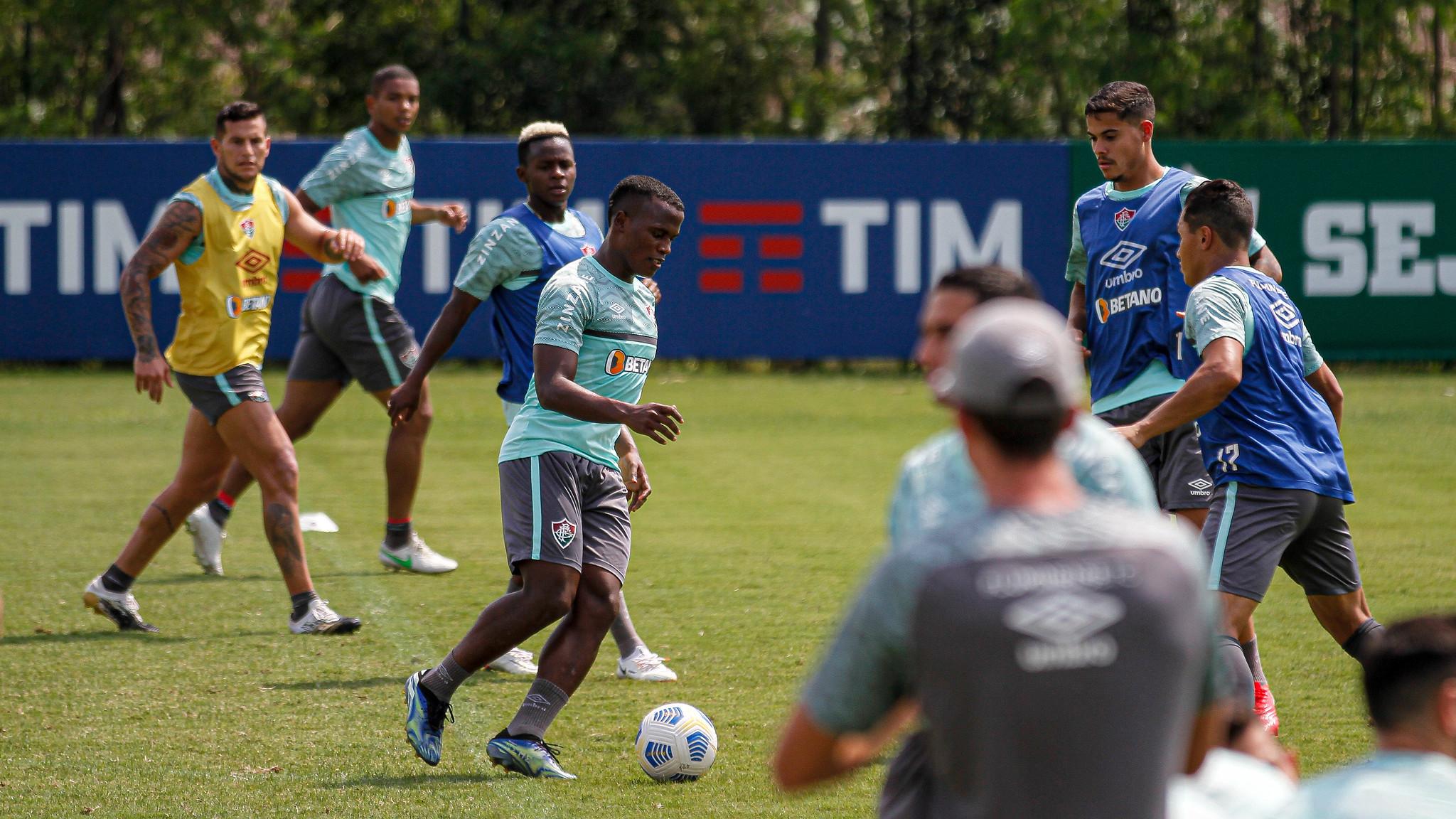 Jogadores do Fluminense treinam no CT Carlos Castilho