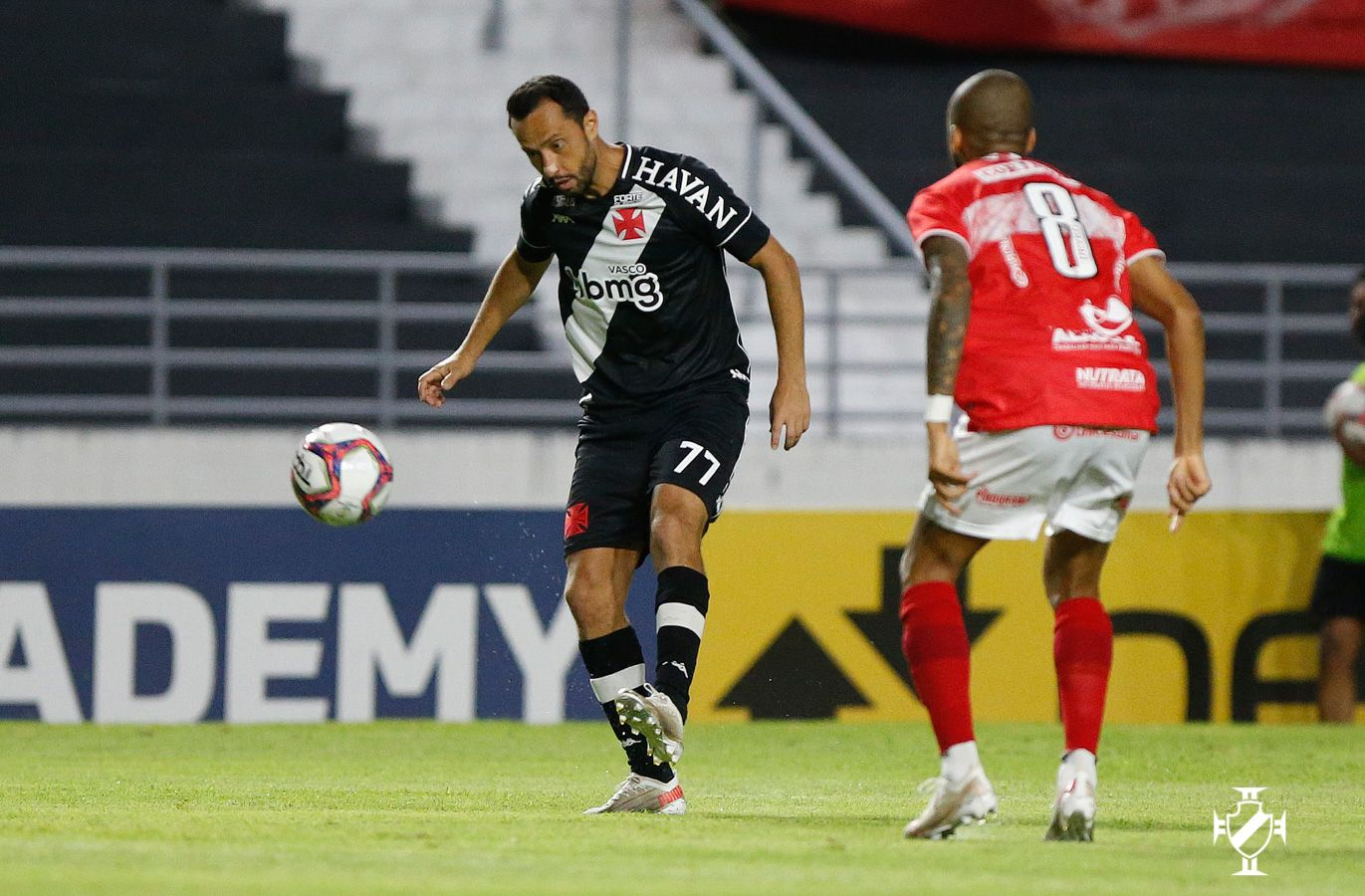 Vasco vence o CRB por 1 a 0 pela Série B na estreia de Fernando Diniz e volta de Nenê