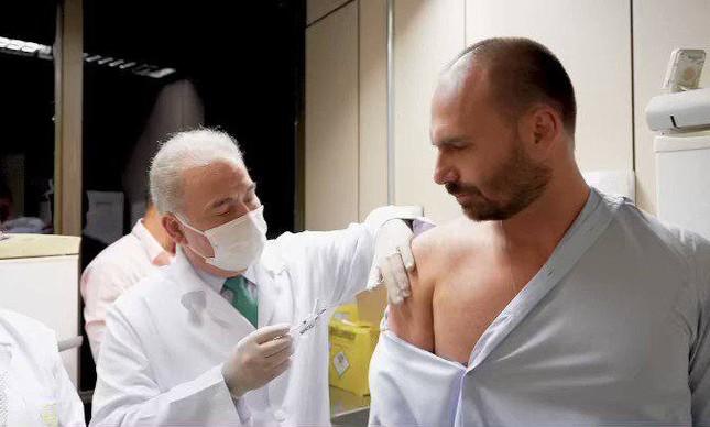 Eduardo Bolsonaro é vacinado contra a Covid-19