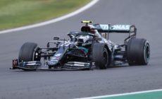 Pneu estoura na última volta, mas Hamilton resiste e vence