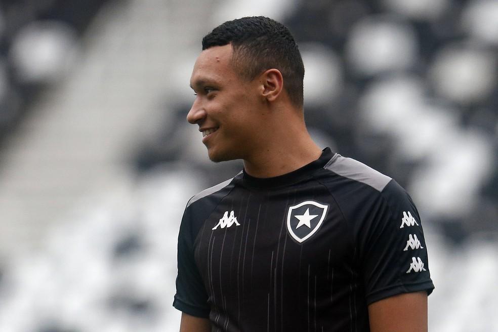 Jogador zagueiro Eweton Porto com a camisa do Botafogo fotografado de lado
