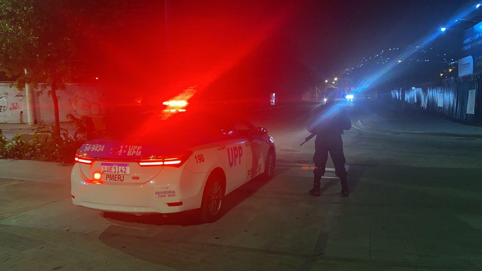 policial e viatura na rua