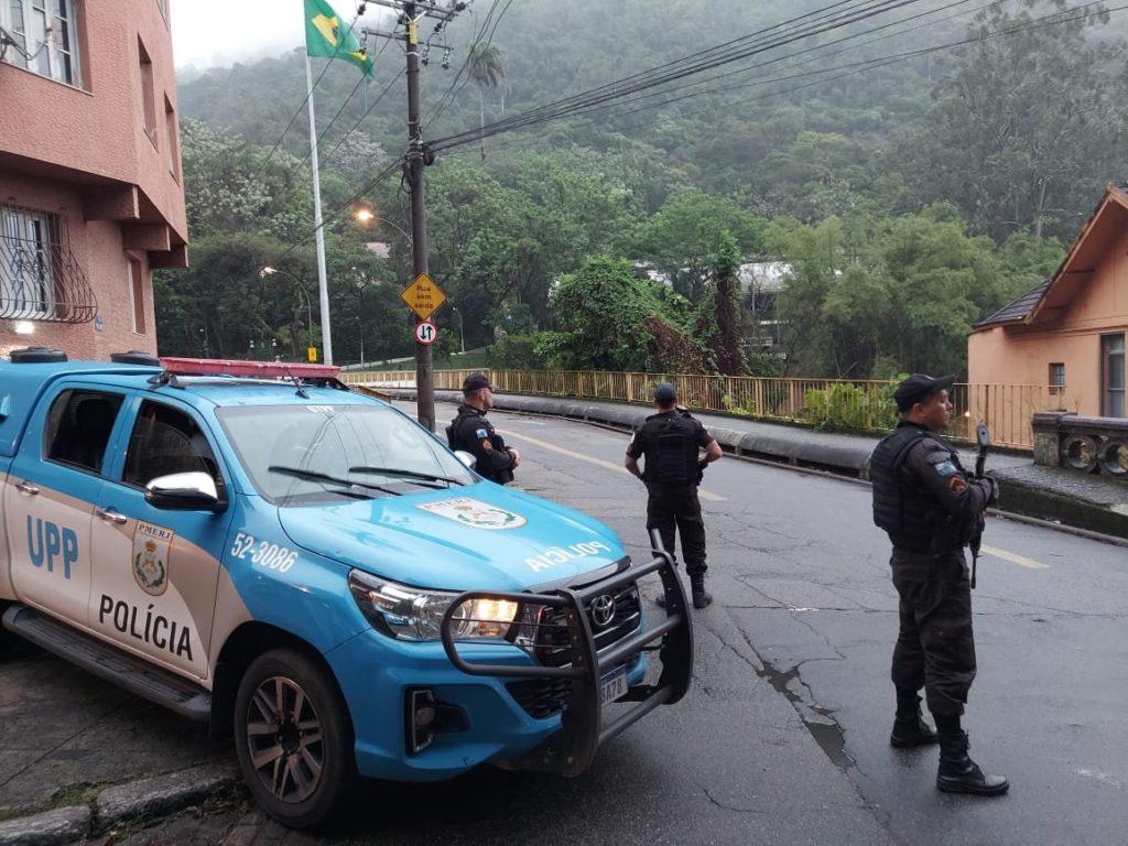 Policiais militares patrulhando o Rio