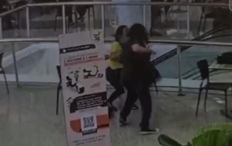 Câmera registra momento em que jovem é morta a facadas em shopping de Niterói