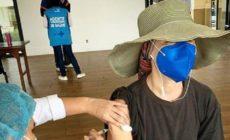 Fernanda Torres sendo vacinada