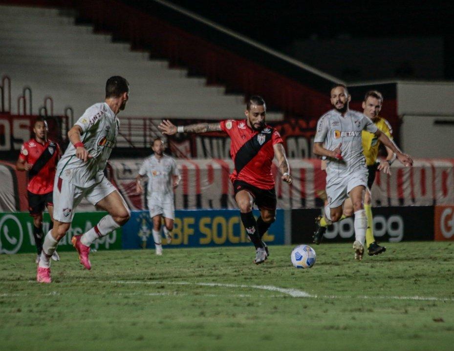 Atlético-GO no ataque contra o time do Fluminense
