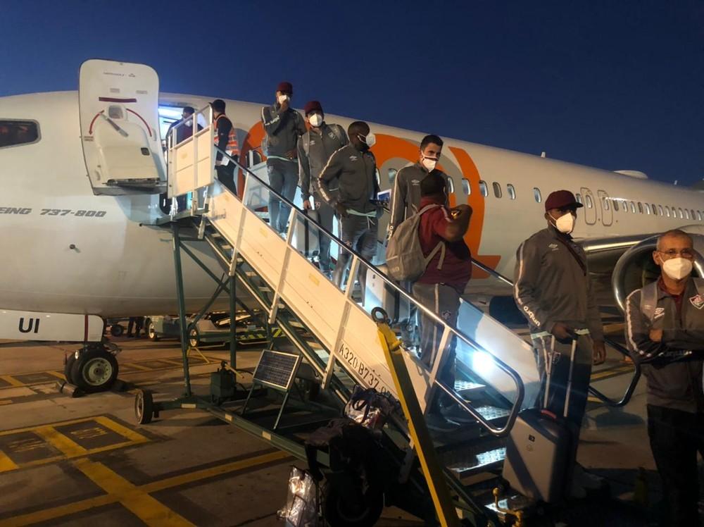jogadores do Fluminense descendo do avião no aeroporto