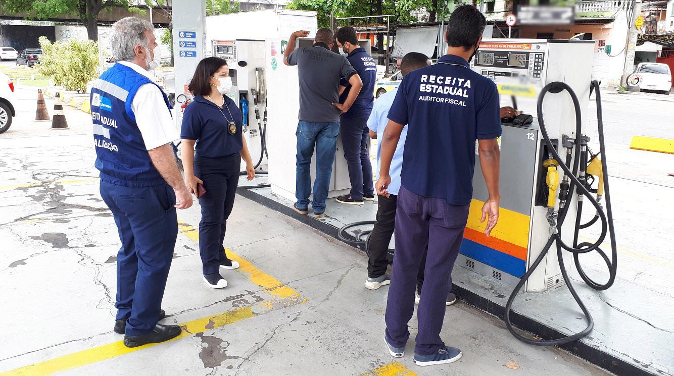 Imagem de uma fiscalização em um posto de combustíveis
