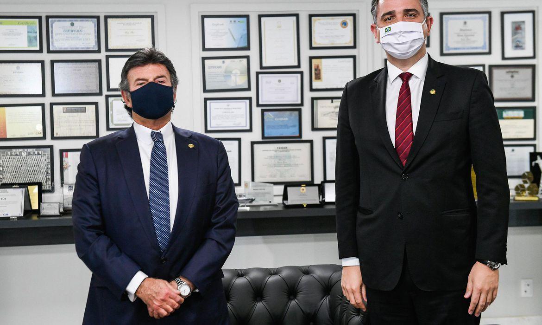 À esquerda, o presidente do Supremo Tribunal Federal, Luiz Fux, ao lado do presidente do Senado, Rodrigo Pacheco