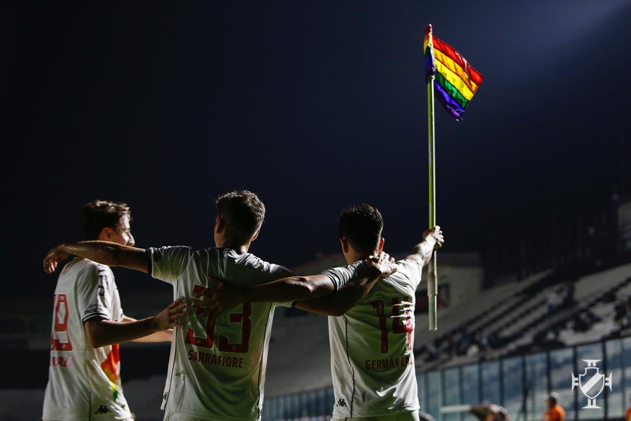Cano comemora gol pelo Vasco contra o Brusque junto aos seus companheiros