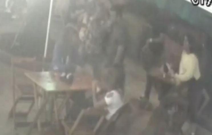 Homem apanha após agredir mulher em bar no Rio