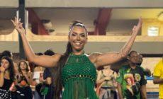 Rainha de bateria da Mocidade mostra samba no pé em ensaio na Sapucaí