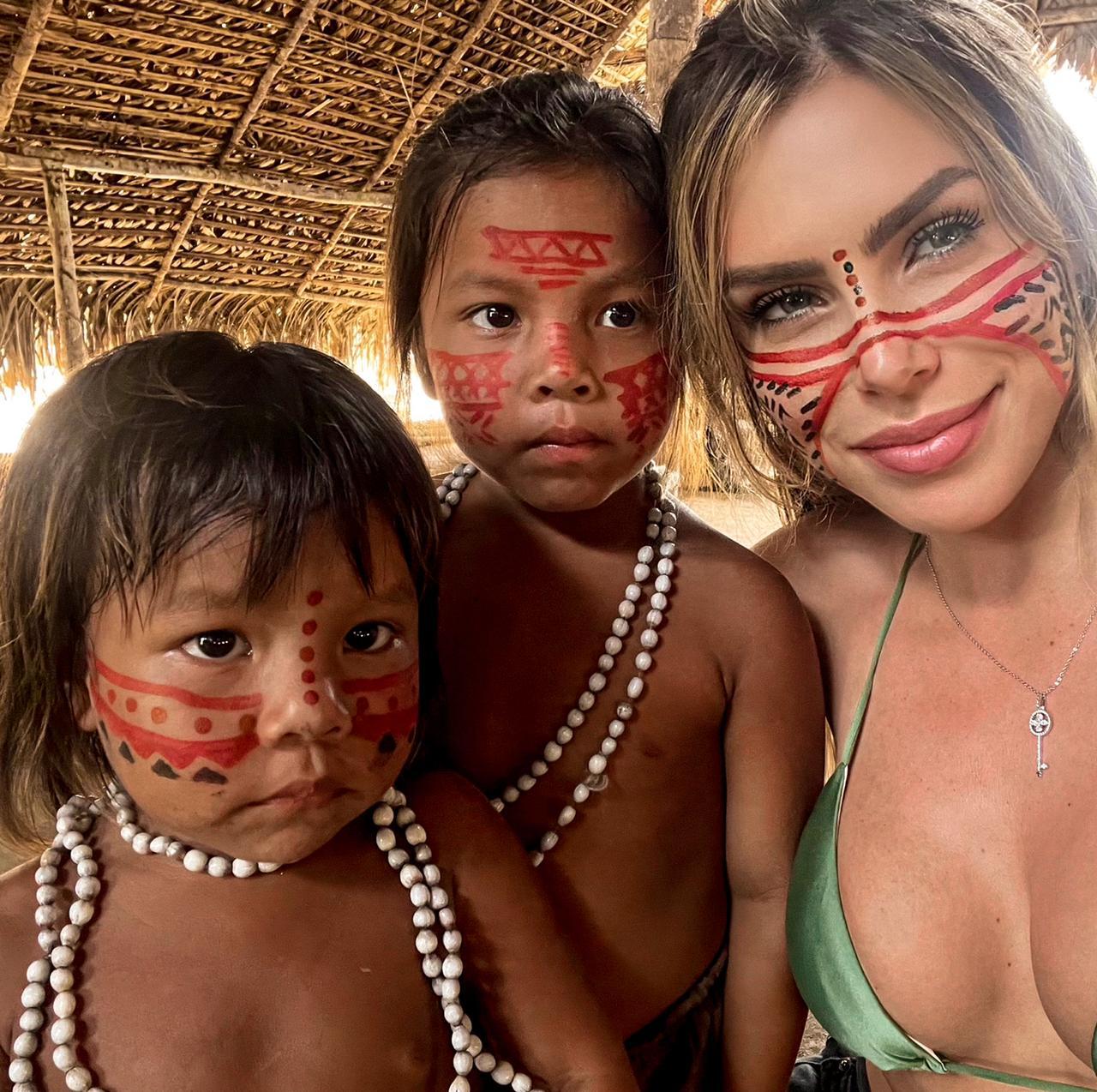 Erika Schneider nada com botos no Rio Negro (Divulgação)