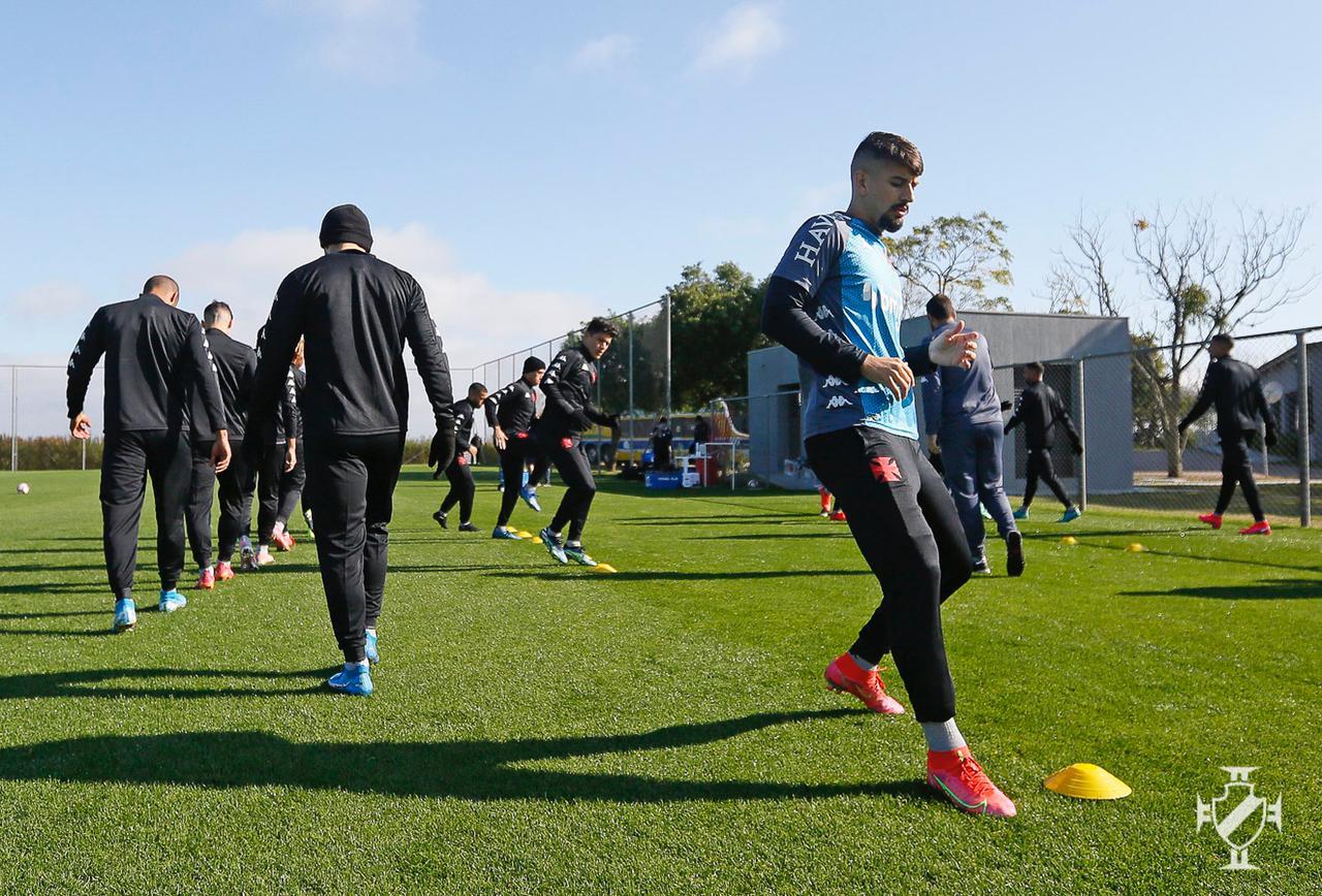 De uniforme de treino, jogadores do Vasco trabalham em Porto Alegre