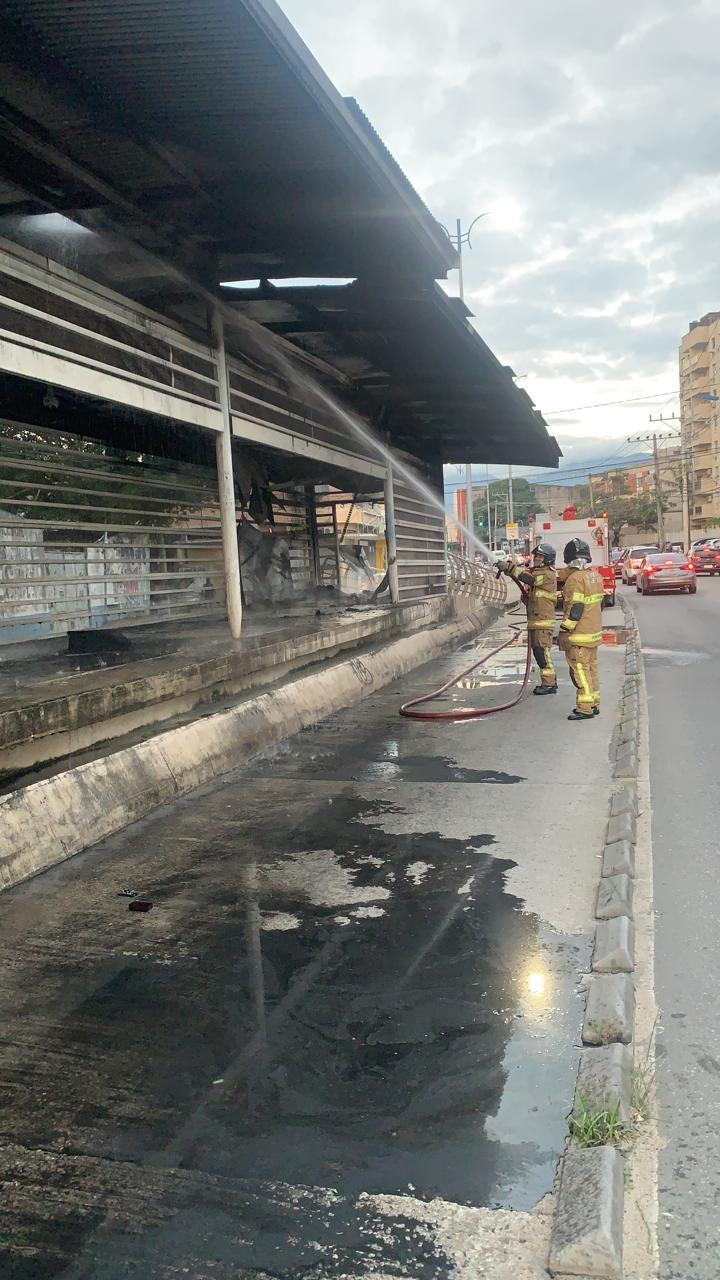 Imagem de uma estação do BRT queimada