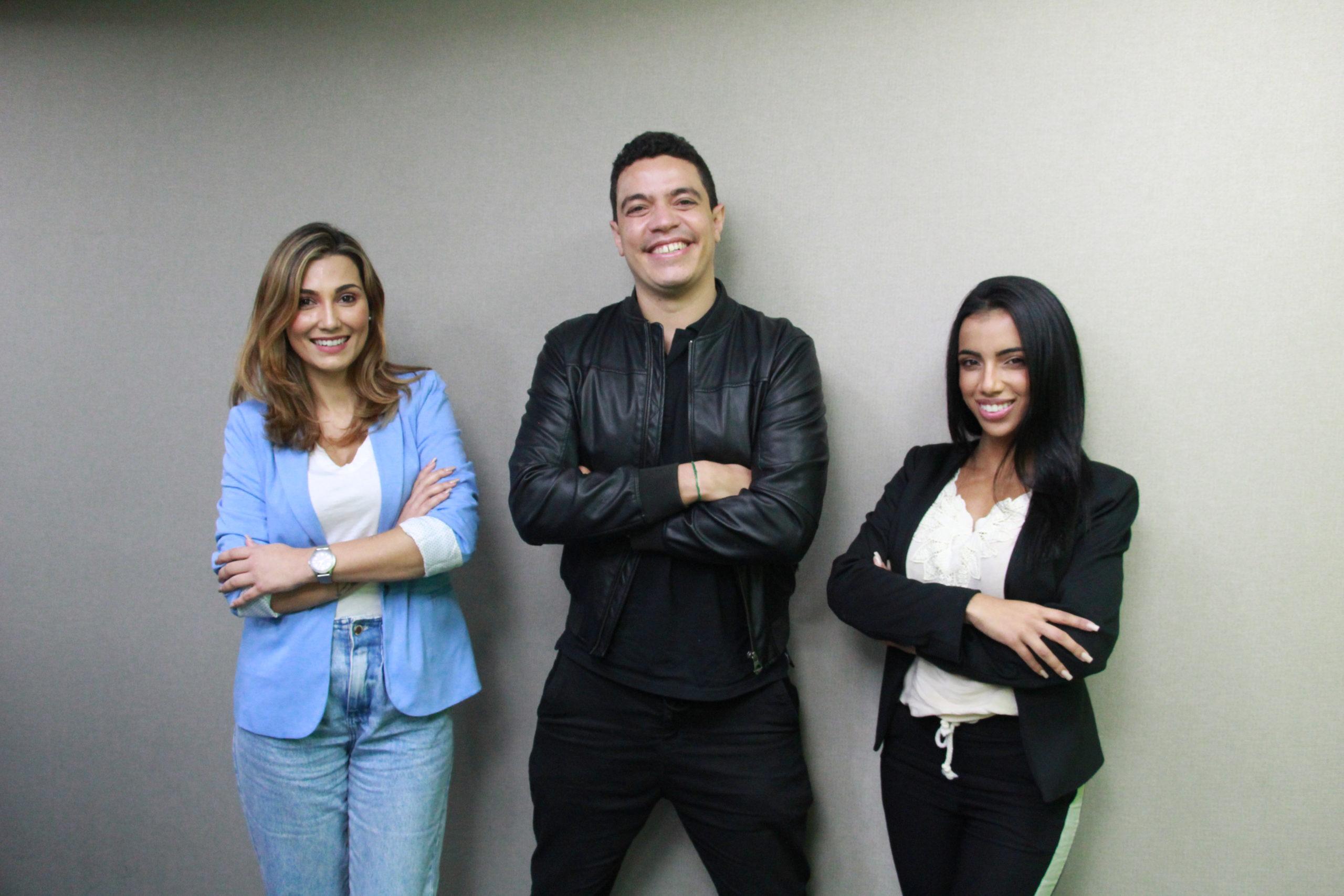 Amanda Ribeiro (à direita), Bruno Cantarelli e Bárbara Mello (à esquerda), apresentadores do Radar Tupi 1ª Edição