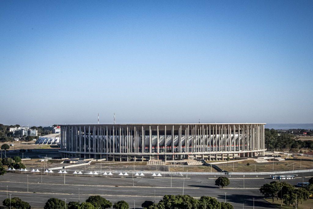Estádio Mané Garrincha em dia de céu azul