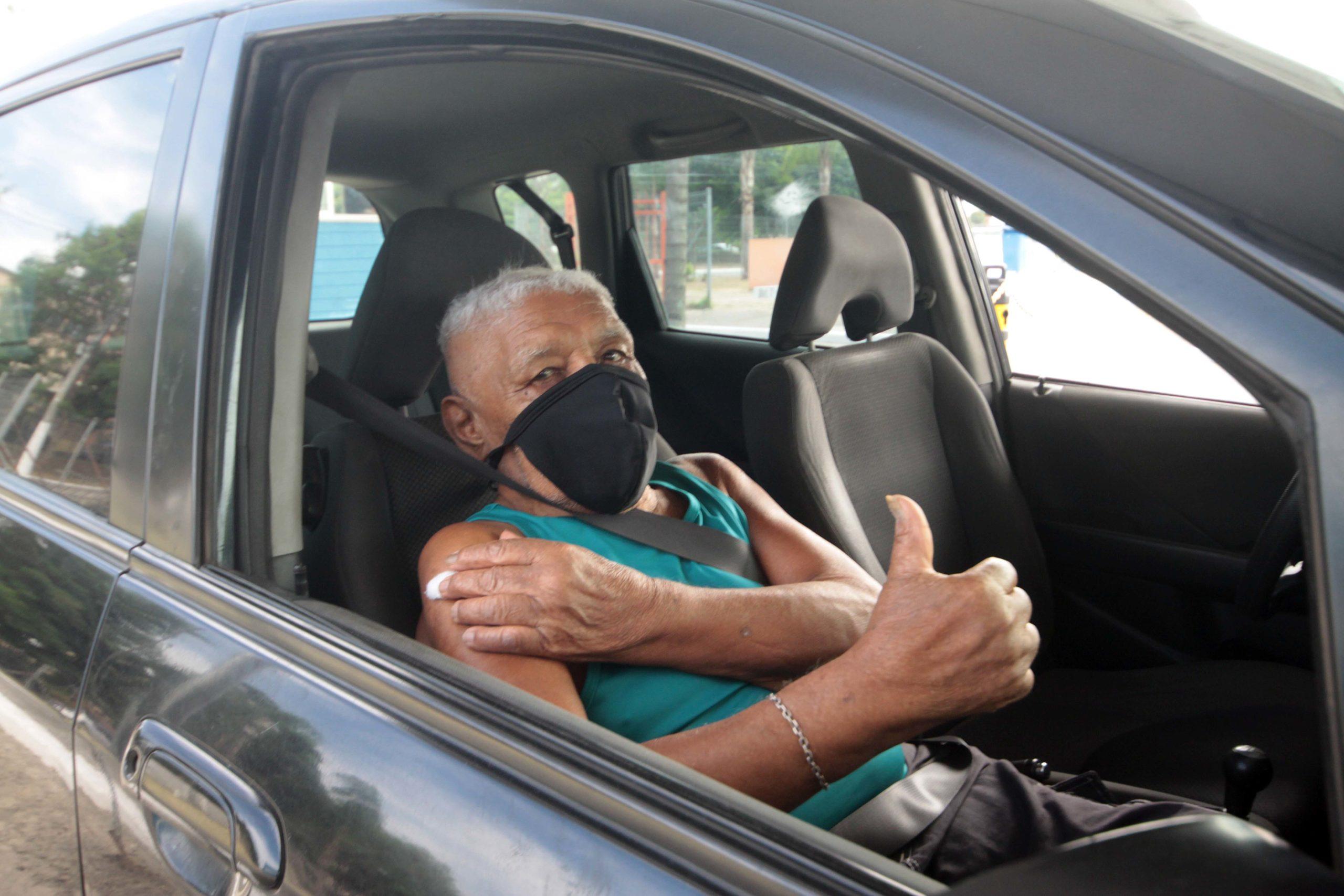Imagem de uma idosa sendo vacinada