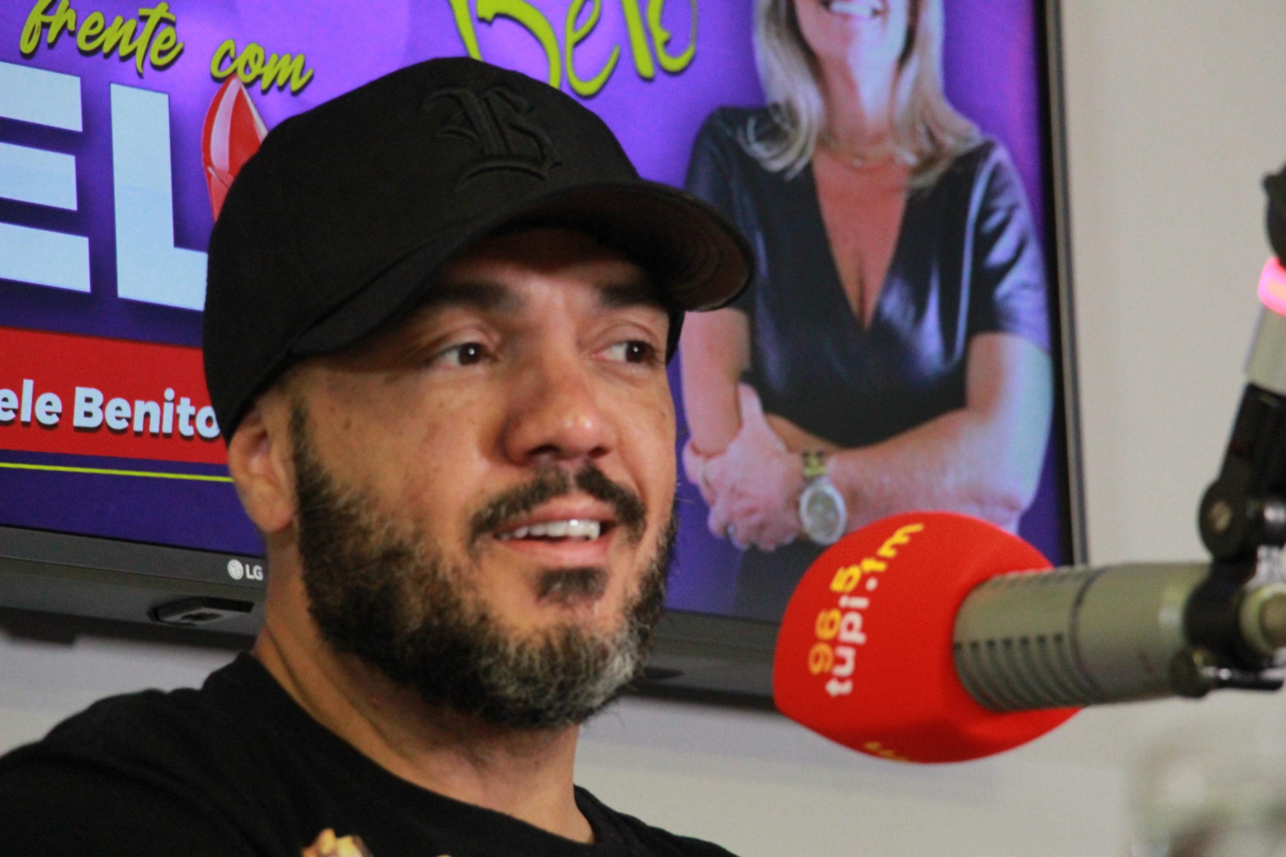 Cantor Belo em entrevista para a Super Rádio Tupi