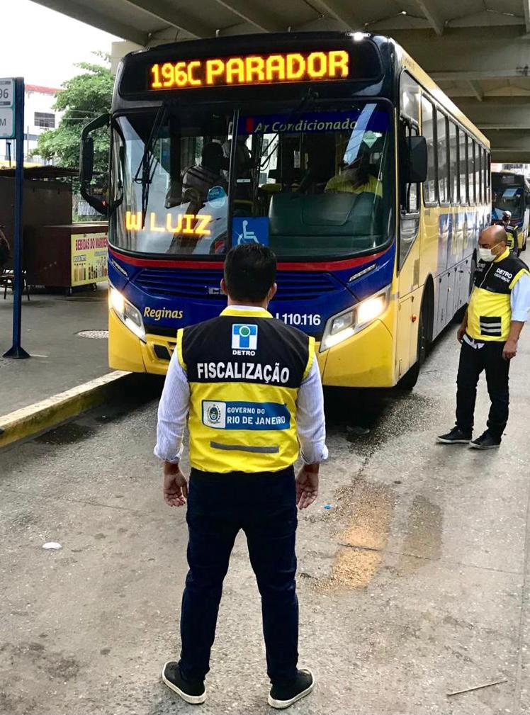 fiscais verificando os ônibus