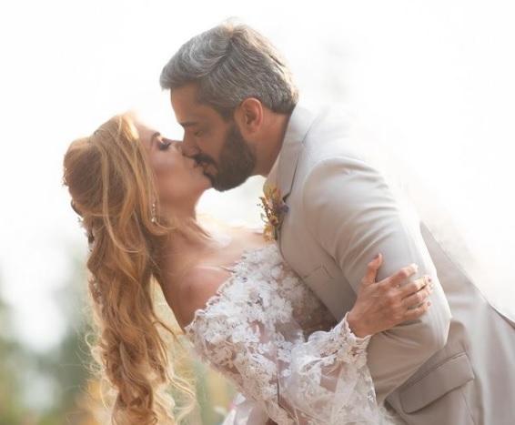 Joelma e Ewerton Martin  se beijando