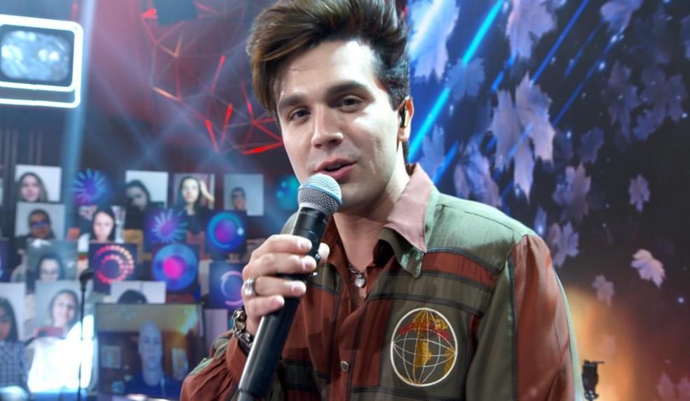 Luan Santana no palco do programa Altas Horas