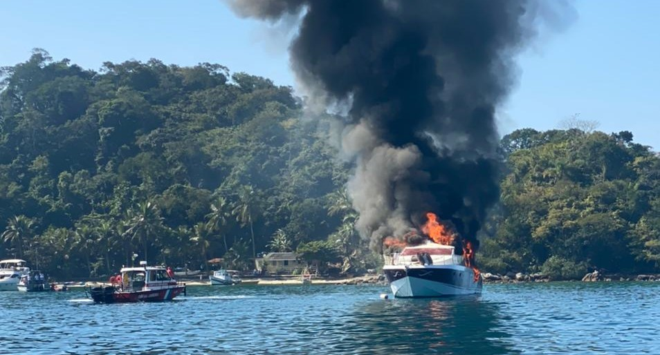 Lancha pegando fogo na praia da Lagoa Azul, na Ilha Gradne