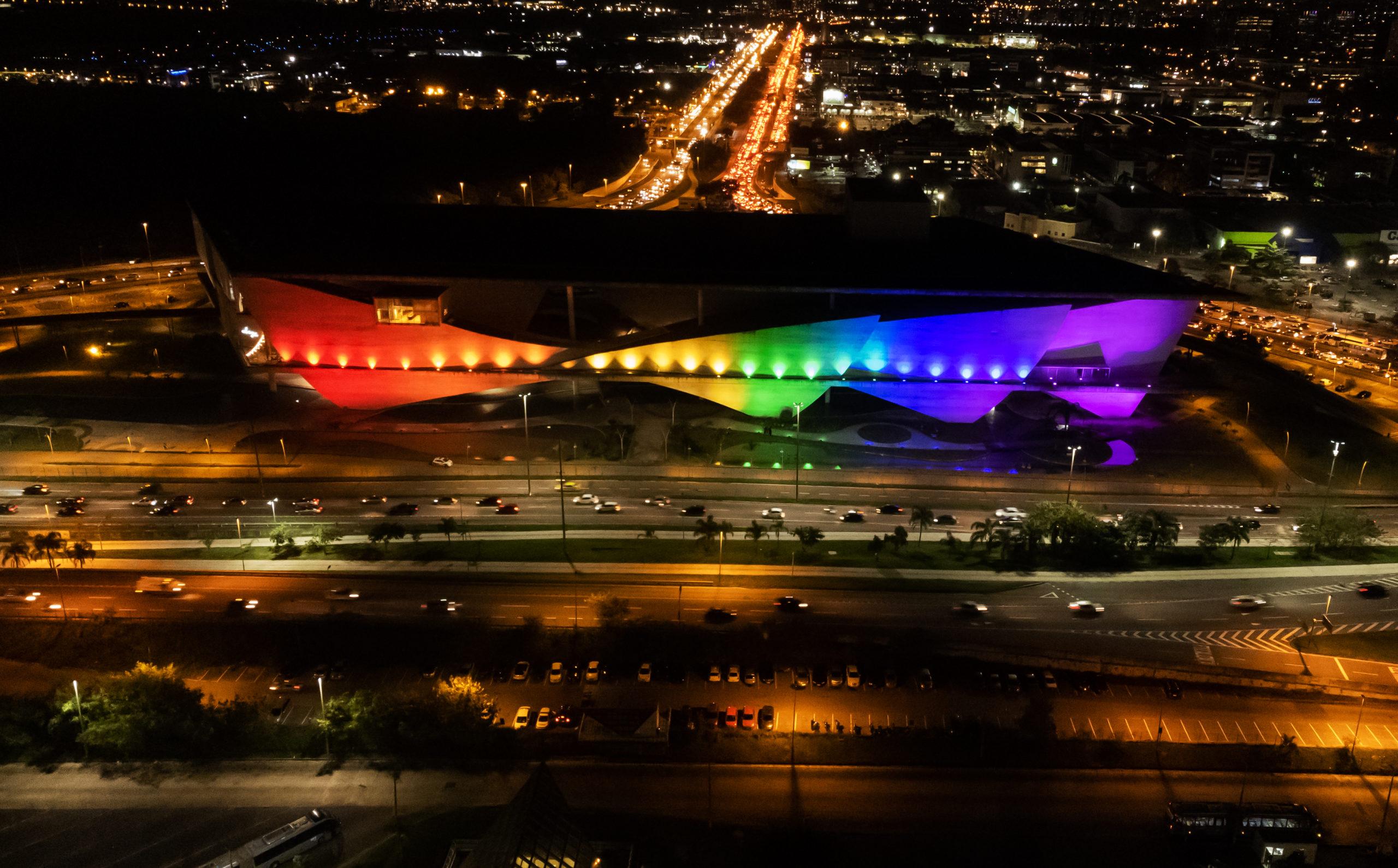 Cidade das Artes iluminada com cores do arco-íris